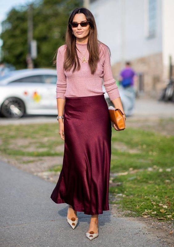 une jupe-culotte bordeaux, un haut rose, une pochette marron et des chaussures bicolores pour un look de printemps ou d'automne