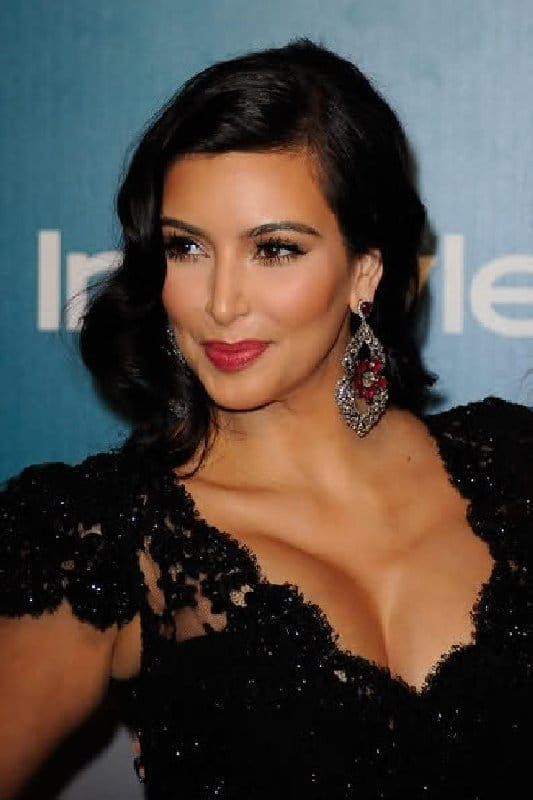 Maquillage et coiffure Retro Glam de Kim Kardashian