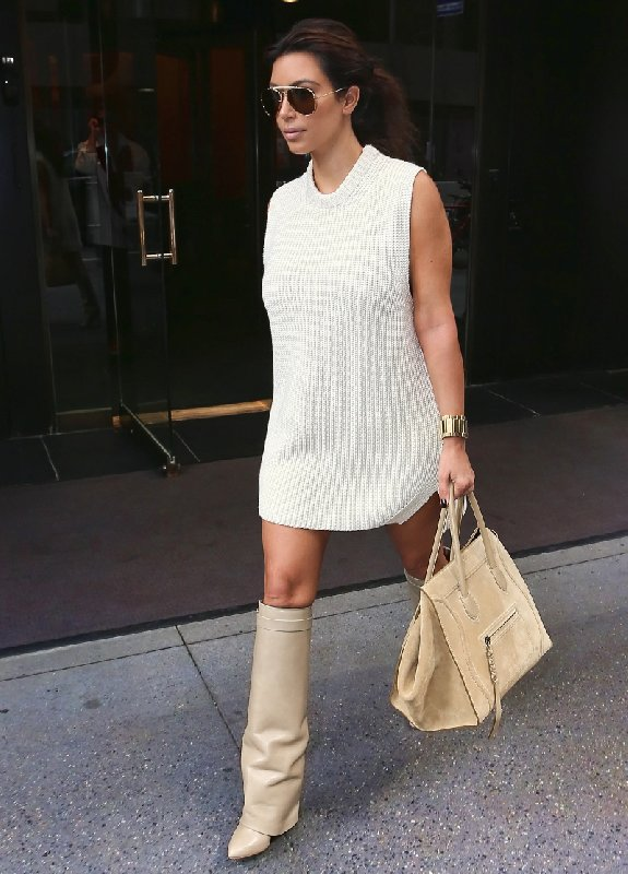 Style Kim Kardashian - Robe blanche et bottes blanches