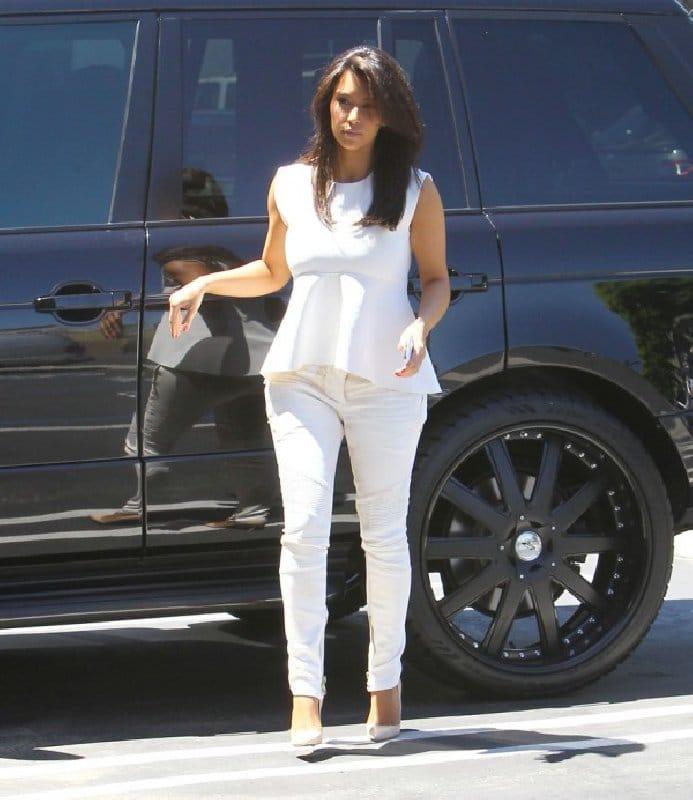 Kim Kardashian Style - Tenue blanche et péplum