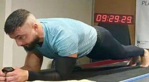 9 heures, 30 minutes et 1 seconde : c'est le record du monde de gainage en planche qui vient d'être battu par Daniel Scali !